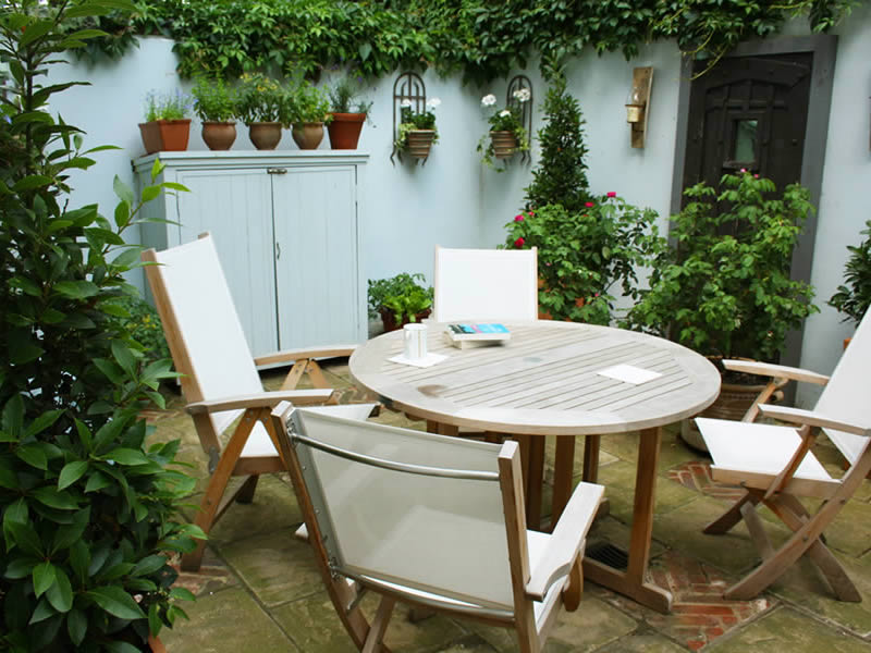 Small courtyard garden caro garden design for Very small courtyard ideas