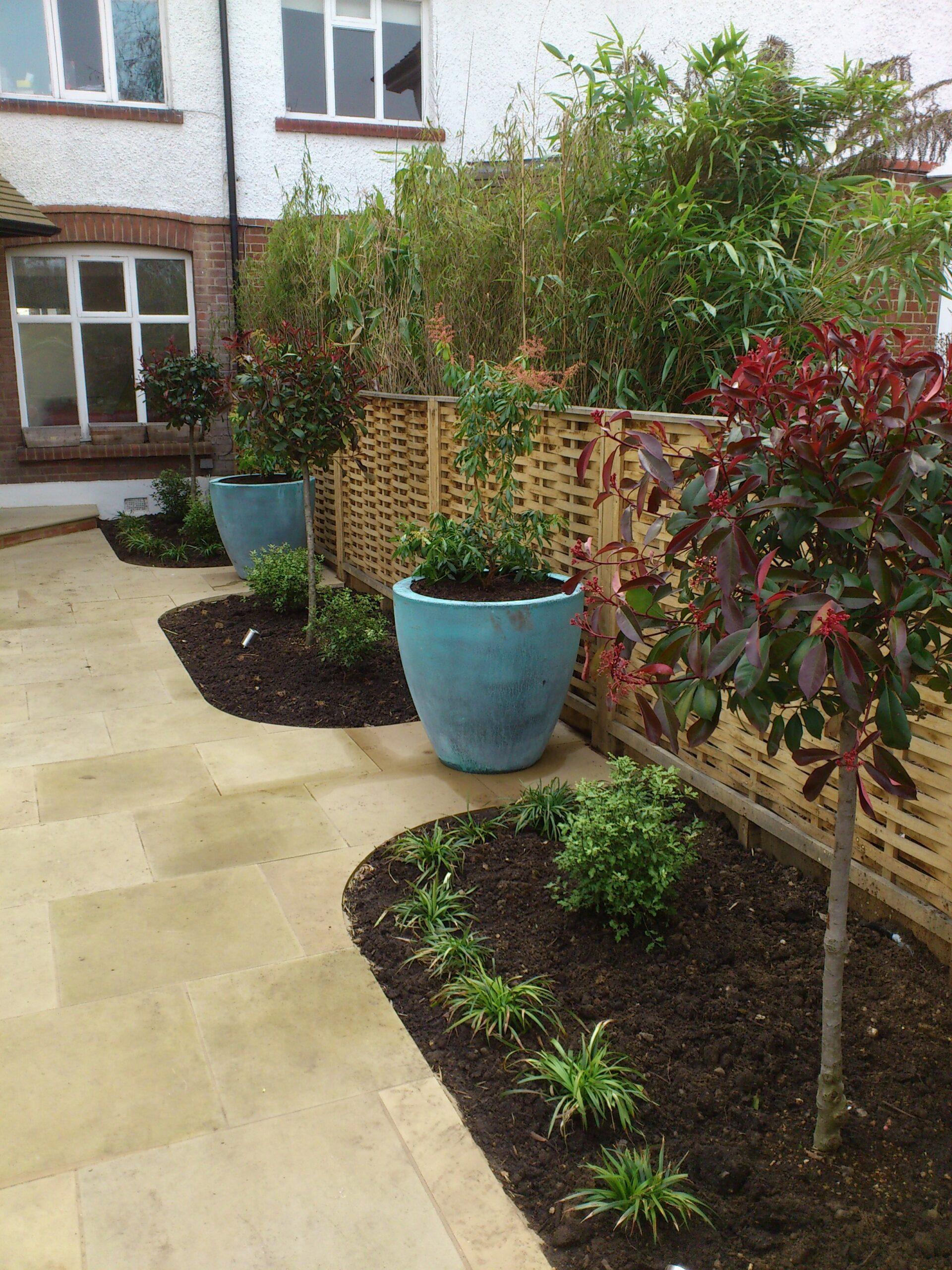 Practical but sleek garden - pots
